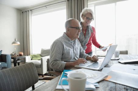seniors portant des lunettes devant ordinateur