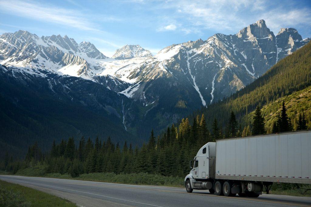 camion sur une route de montagne