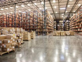Grand entrepôt industriel bien aménagé avec plusieurs rayonnages