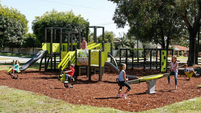 Enfants qui jouent dans une aire de jeux extérieure conçue par Lappset