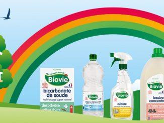 Produits Biovie représentés dans l'herbe avec un arc-en-ciel au-dessus et une maison dans les arbres en arrière-plan