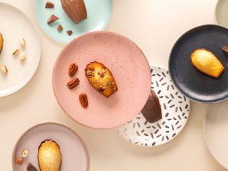 Madeleines de la Maison Colibri posées sur des assiettes de différentes couleurs