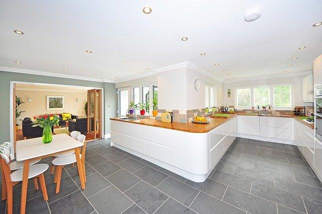 intérieur cuisine avec grand comptoir