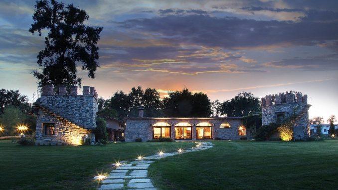 maison avec chemin en pierre