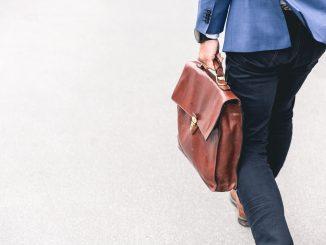 homme allant au travail avec une mallette en cuir marron